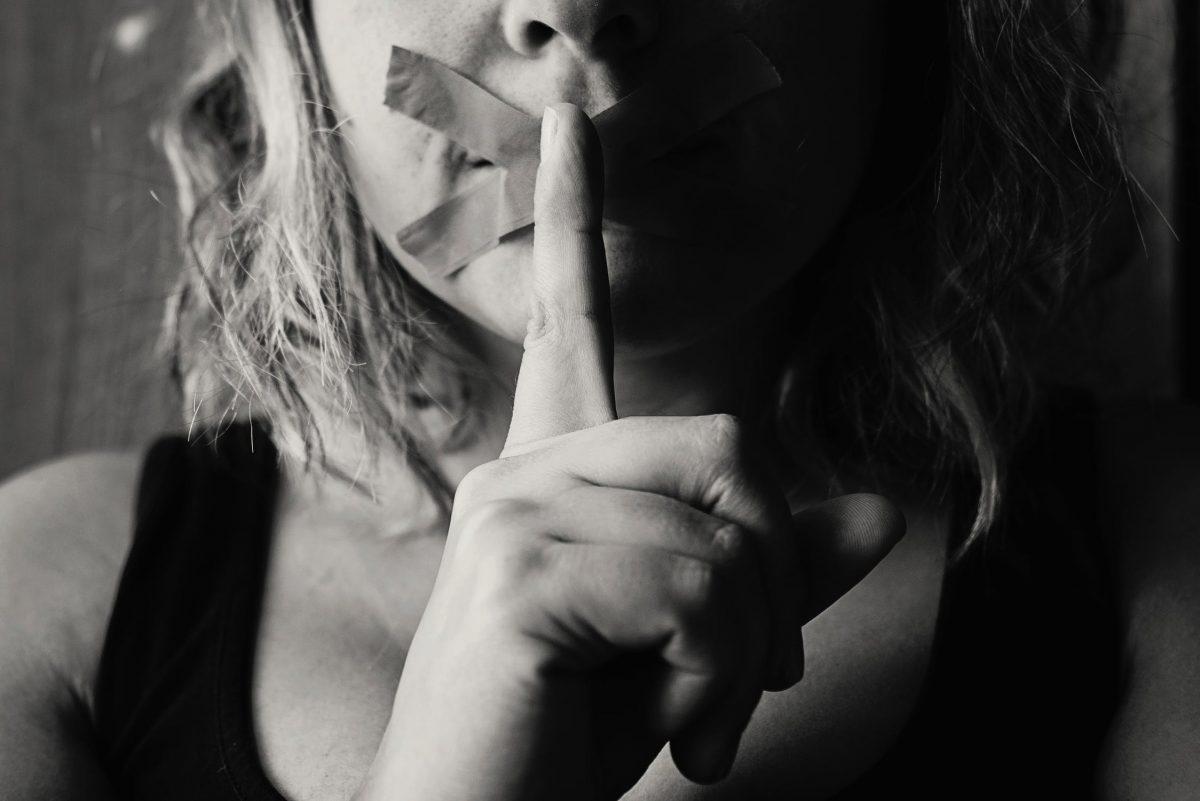 מה ההגדרה של מעשה מגונה בפומבי